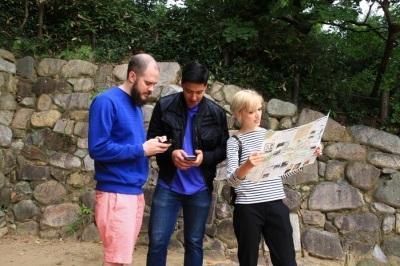 有岡城跡で外国人がWi-Fiを利用している様子の写真